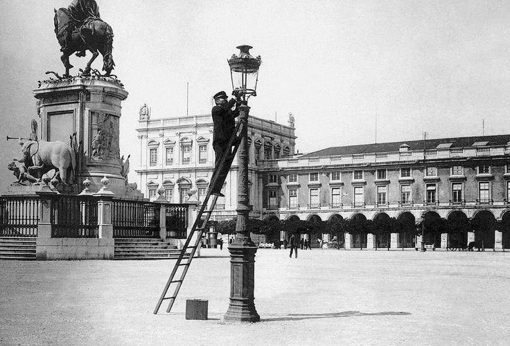 """O """"homem do gás"""" que em finais do século XIX acendia os candeeiros para iluminar a noite na Praça de Comércio."""