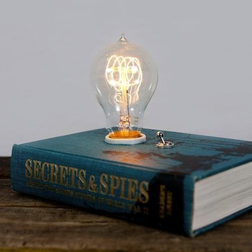 No tires ni un libro, conviértelos en lámparas