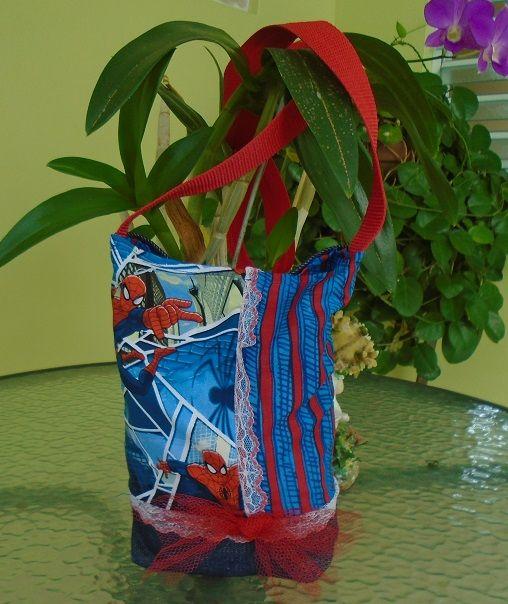 """carterita 10""""x8"""" mitad mahón y estampado de spiderman y tela #15 tiene de adorno un lazo en tul  y puntillas , mango largo , cierre en velcro"""