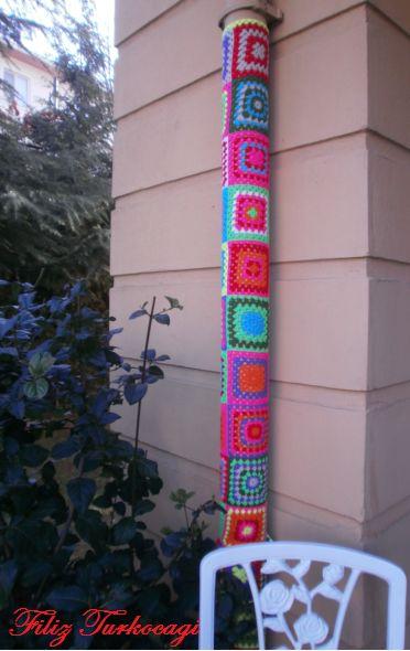 Sonunda ben de yaptım ! Bahçemdeki yağmur su borusunu giydirdim...( Yarn bombing )