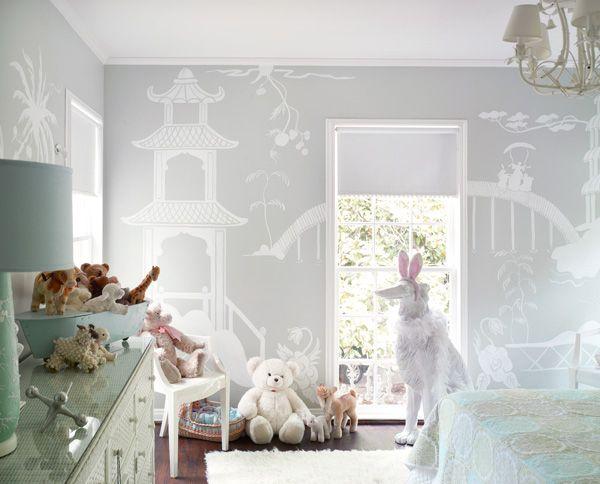 Lieve doorgestylde babykamer met zachte kleuren en grote voorliefde voor knuffels #babykamer #knuffeldieren #baby