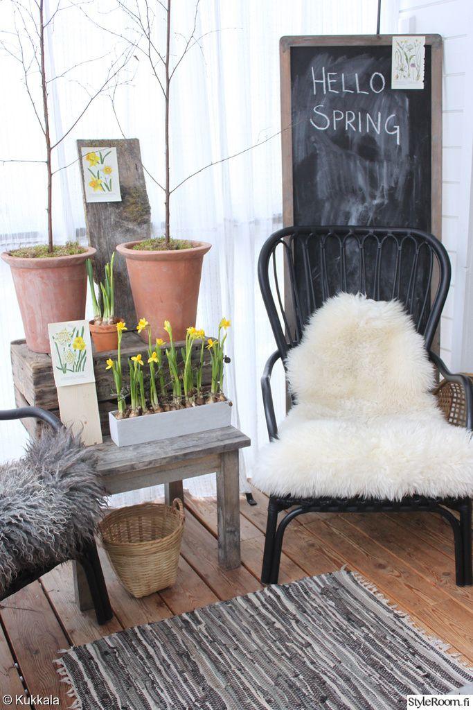 Sanna_Kukkala on tuonut kevään terassille kauniilla narsisseilla. #terassi #kodinsisustus #kevät #narsissit #spring #liitutaulu