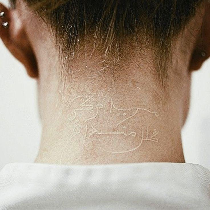 Witte tattoo's lijken normale tattoo's maar dan in het wit, maar dat is het helemaal niet. Er wordt gebruik gemaakt van witte UV-licht-inkt. Hoewel witte-inkt-tatoeages vele voordelen hebben zijn ze niet zonder nadelen. Zo komt het voor dat na enkele jaren de tatoeage verdwijnt. In tegenstelling tot de gewone zwarte tattoo die eerder zal vervagen en grijs zal kleuren. Wie toch graag een witte tattoo wilt, doet best goed onderzoek.