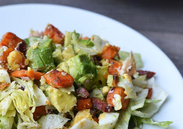 Ik ben dol op aardappelsalades maar deze keer maakte ik een zoete aardappelsalade met gerookte forel. Wow, zo ongelofelijk lekker! Tijd voor een recept.