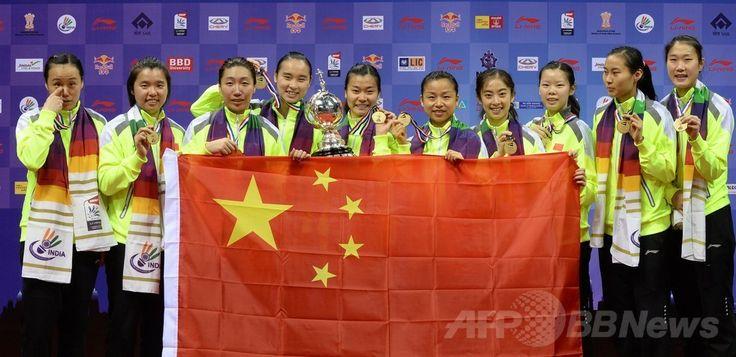 バドミントン女子、国・地域別対抗戦ユーバー杯(Uber Cup)決勝、中国対日本。金メダルを手に写真撮影に臨む中国の選手(2014年5月24日撮影)。(c)AFP/SAJJAD HUSSAIN ▼25May2014AFP|日本女子、中国に敗れて準優勝 ユーバー杯 http://www.afpbb.com/articles/-/3015819 #Uber_Cup #team_China