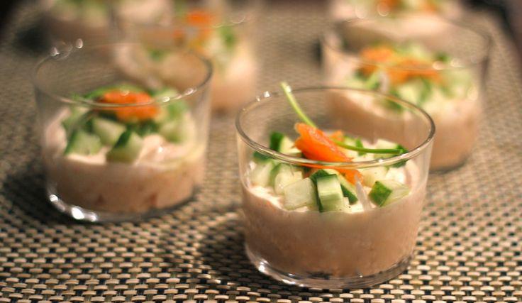 """Wanneer vrienden of familie bij jou thuis komen eten, wil je hen graag wat lekkers serveren. Maar je wilt ook niet al te lang in de keuken staan, dat is ook zo ongezellig. Wanneer dit voor jou herkenbaar is, is dit voorgerecht ideaal! Deze romige zalmmousse met gemarineerde, frisse komkommer... <a href=""""http://cottonandcream.nl/zalmmousse-met-komkommer/"""">Read More →</a>"""