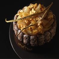 Une charlotte à la mousse au chocolat et une bavaroise vanille, agrémentées de biscuit cuiller au chocolat et de poires vanillées tombées au four.