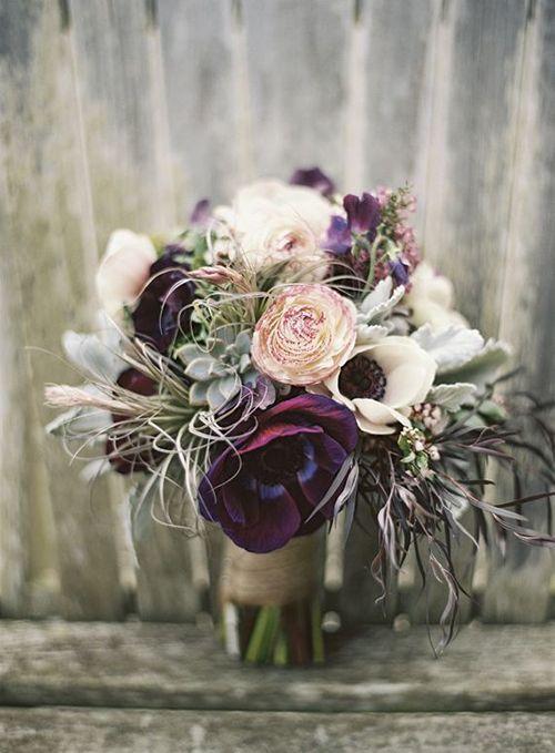 Ramo de novias con anémonas: Escoge anémonas para tu ramo de novia cuando estén en temporada.