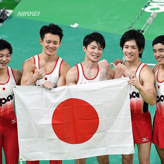 【リオ五輪】体操男子団体総合で日本が金メダル。日の丸を掲げて笑顔です(柏)  #日経リオ #体操ニッポン  #nikkei_rio #rio…