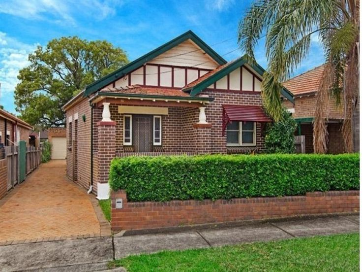 Low brick wall and hedges Brick californian bungalow house exterior with brick fence & window awnings - House Facade photo 526877