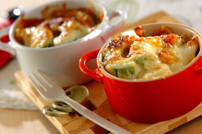 電子レンジでゆでたおもちをアボカドと一緒に器に入れ、チーズやマヨネーズを乗せて焼いた簡単グラタン風レシピ。温かくなったアボカドがおもちにからんで、クリーミーでとっても美味しい!