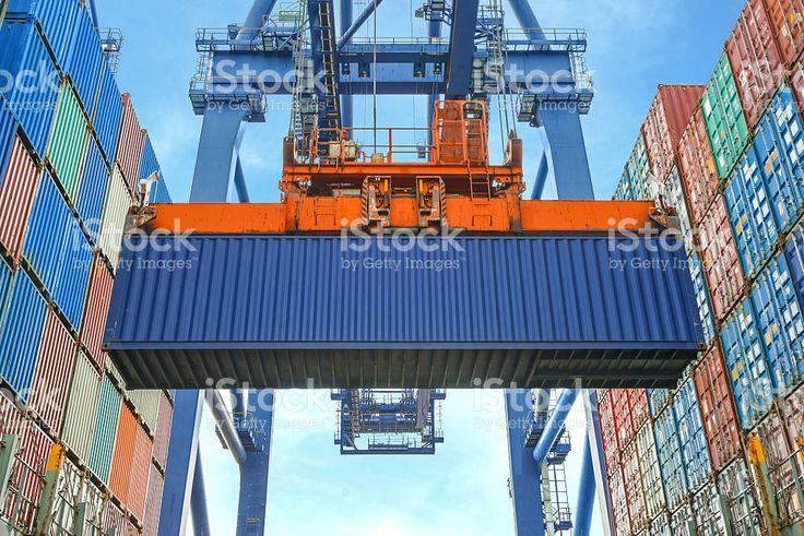 Shore кран Загрузка контейнеры в Грузовой корабль Стоковые фото Стоковая фотография