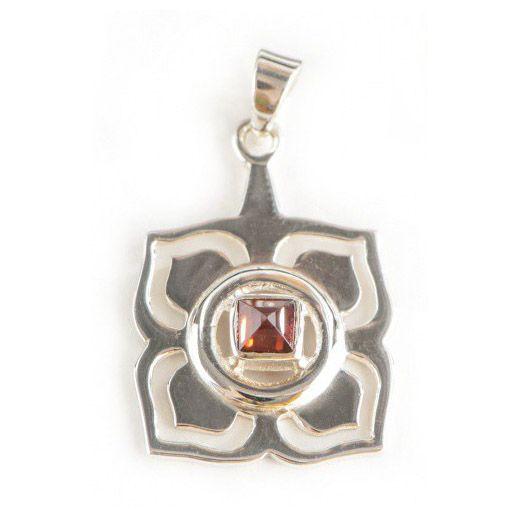 925 sterling zilver met granaat. De wortel chakra staat voor aarding en veiligheid. Het versterkt onze innerlijke kracht . Handgemaakt. Ø20 mm.