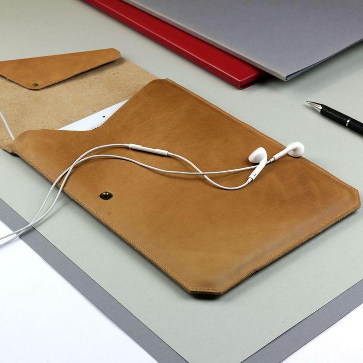 Die iPad Hülle aus pflanzlich gegerbtem Leder wurde im Hamburger Studio entworfen und in Handarbeit gefertigt. Diese einzigartige Ausführung aus Leder bietet einen perfekten Schutz für dein iPad und ausreichend Platz für andere wichtige Gadgets. Die Qualität macht sich sofort bemerkbar und wenn man die Tasche einmal in die Hand nimmt, will man sie nie wieder loslassen.Durchdachte FunktionDie Lederklappe mit einem Druckknopf auf der linken Seite bietet einen einfachen Verschluss und hält das…