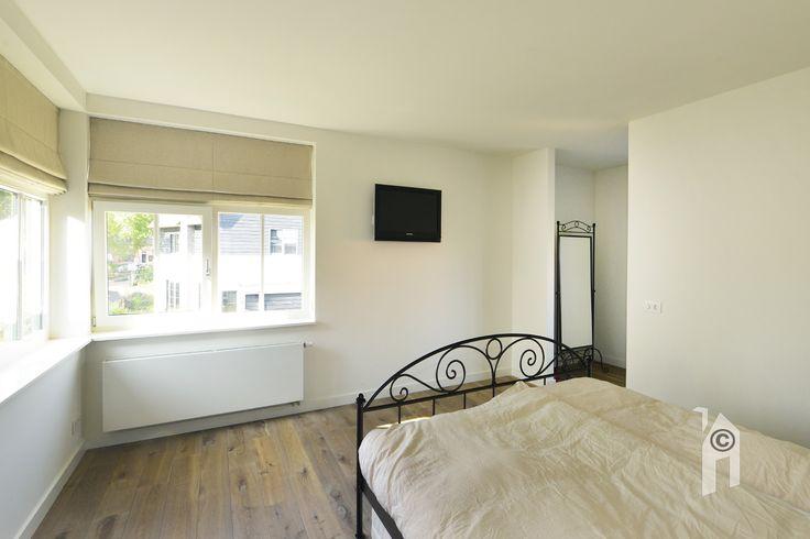 Slaapkamer met veel ramen