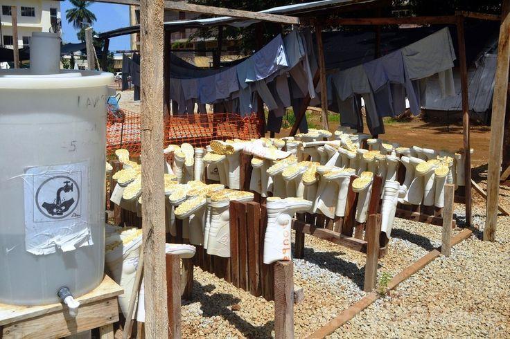 エボラ患者が治療を受けているギニアの首都コナクリ(Conakry)市内の病院にある隔離病棟で、屋外に干される感染防止用の長靴(2014年6月28日撮影)。(c)AFP/CELLOU BINANI ▼4Jul2014AFP|西アフリカのエボラ流行、「数か月続く恐れ」 WHO http://www.afpbb.com/articles/-/3019642 #Conakry