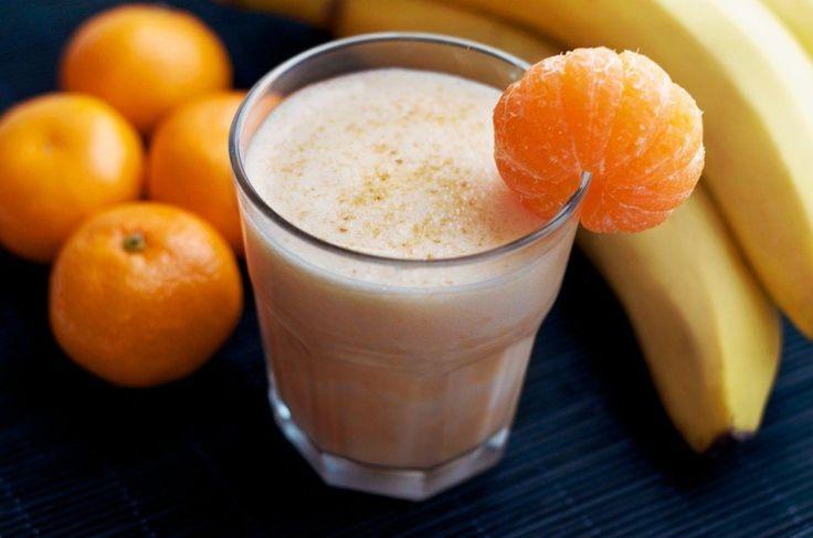 Мандариновый смузи вместо мороженого  Ингредиенты: 2 шт - мандарина; 1 шт. замороженного банана; 250 мл молока; 1/3 стак. йогурта; 1 ч.л. мёда; ванилин — по вкусу  Приготовление: 1. Очищаем банан, режем его на небольшие кусочки и отправляем в морозилку минут на 20. 2. Очищаем мандарины. Загружаем их в блендер, добавляем кусочки замороженного банана. 3. Добавляем молоко, йогурт, мед и ванилин. 4. Взбиваем на максимальной скорости 30 секунд.