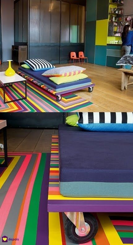 SOFÁ FAÇA-VOCÊ-MESMO Material para o sofá: - 1 prancha de porta de 2x1m com 3cm de espessura, podendo variar o tamanho. - 5 rodinhas, (1 para cada canto e 1 no meio) sendo 3 sem freios e 2 com freios - Fitas coloridas de PVC. - 1 colchão forrado com tecido.