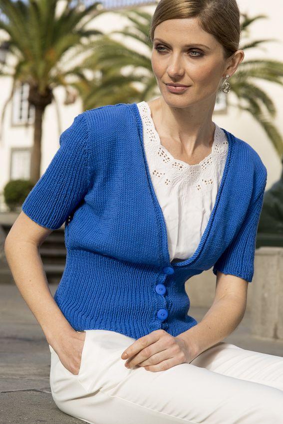 Blå kortermet jakke med hullmønster #SandnesGarn