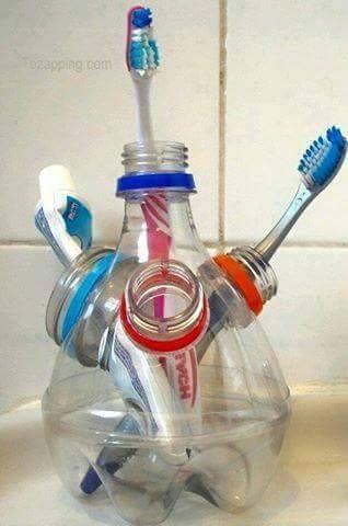 Un pot à brosse à dent avec des bouteilles de plastique recyclées