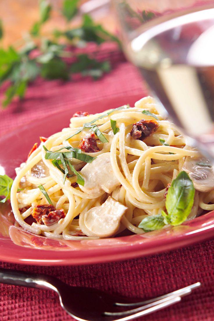 Comparte esta receta de Spaghetti con albahaca y tomates secos con 5 personas y disfruten de un buen momento comiendo rico.