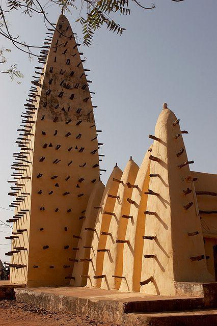 - Bobo-Dioulasso, Burkina Faso - Une architecture à l'aspect sablonneux qui s'accorderais très bien dans un désert.