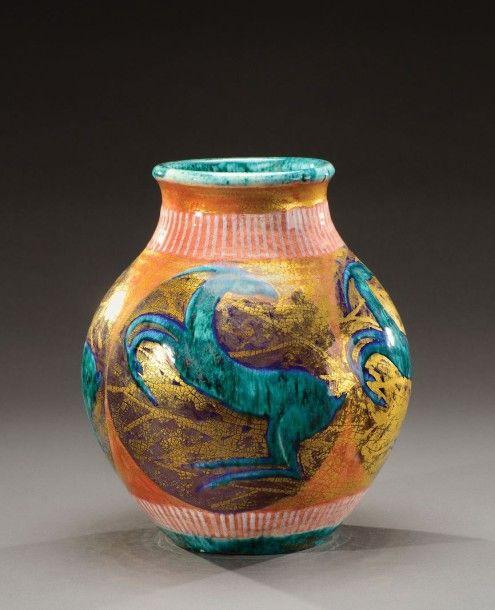 """Edouard Cazaux (1889-1974) - Vase à corps ovoïde et col resserré évasé en céramique émaillée présentant des médaillons à décor de cervidés vert sur fond mauve et rehaut d'or -  Signé """" Cazaux"""" Vers 1930-1940 - H: 25 cm"""