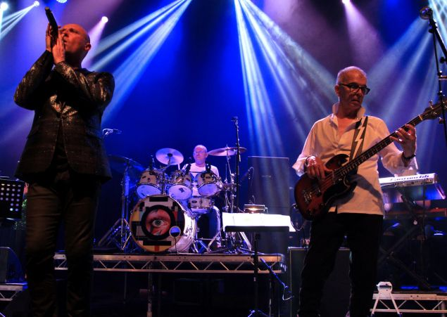 Glenn Gregory, Woody Woodmansey and Tony Visconti performing Ziggy Stardust in the UKWithGuitars