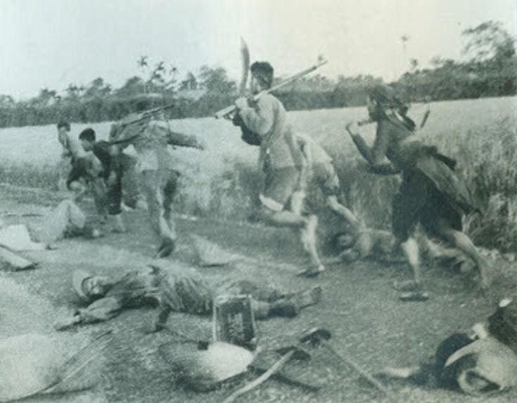 Partisans Việt Minh munis de sabres d'abattis de confection locale et de sabres.