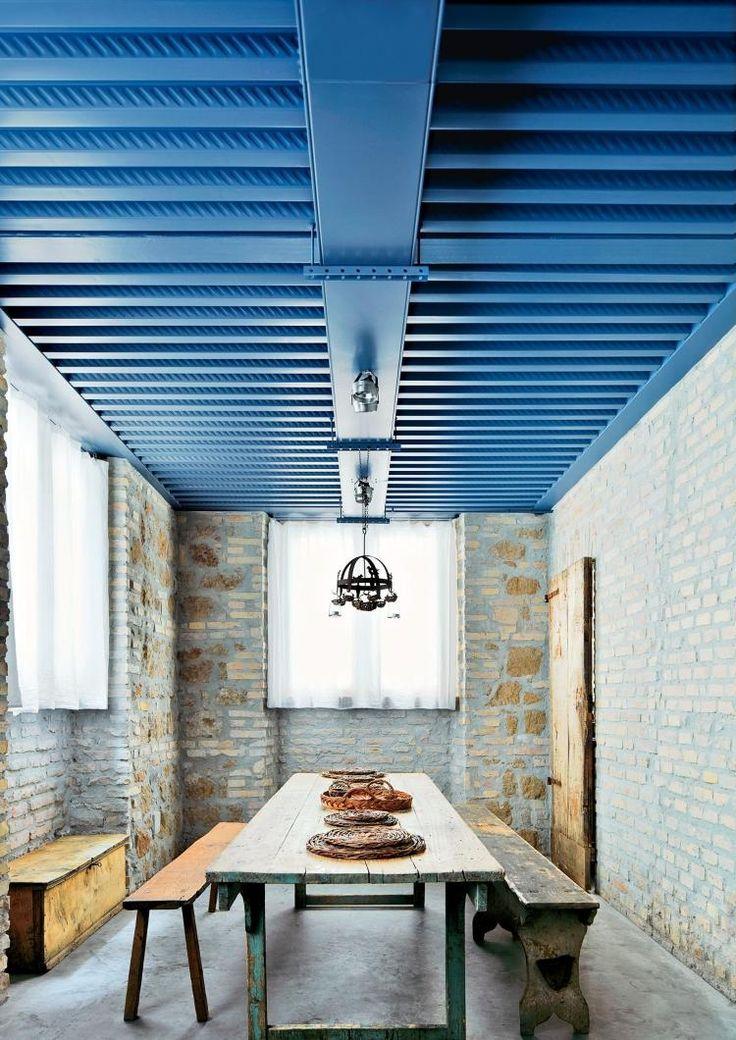 Deckenpaneele in Blau streichen für mediterranen Touch