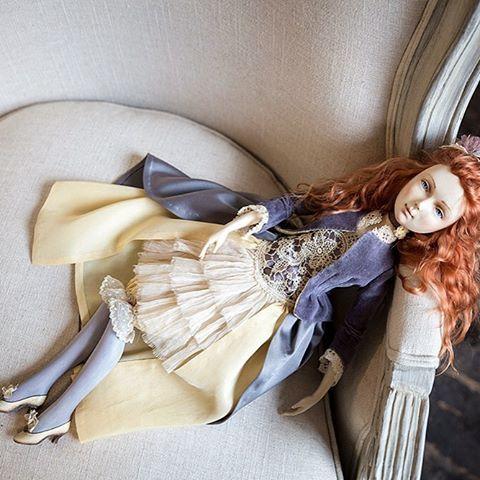 Пятница - прекрасный день недели☺️ Жду выходных, как будто всю неделю на работу хожу от звонка до звонка 😂  #куклаиздерева Софи вот тоже уже отдыхает💛 С пятницей, друзья!!!🎉 #iris_dolls