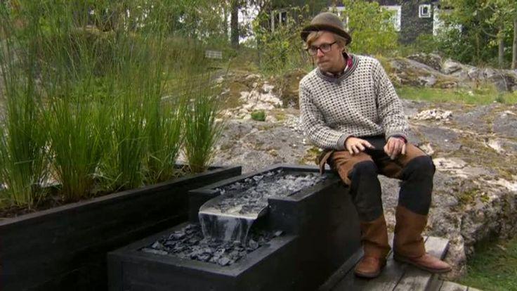 Anders vill lägga till ett sista element på terrassen och bygger ett vattenfall i en av blomlådorna.
