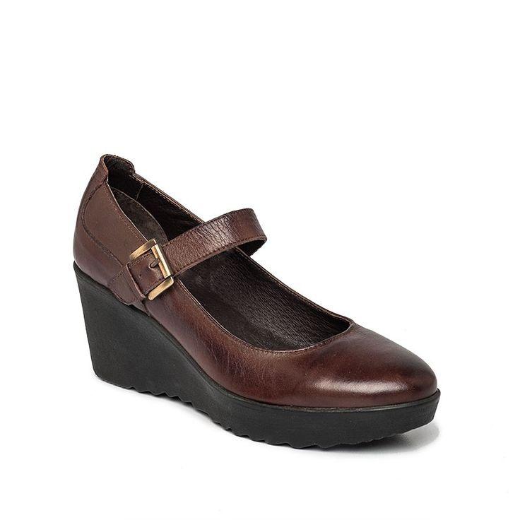 Sapato Plataforma Fivela (45,54€) - Sapato de plataforma em pele com fivela no peito do pé para melhor ajustamento. Forro em pele com palmilha almofadada para conforto adicional. Sola em borracha.