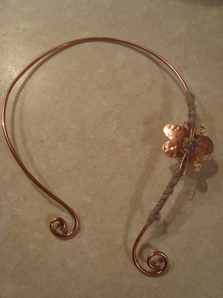 Cooper wire necklace adjustable to the neck with cooper hammered butterfly, decorated with beads and silk fabric.