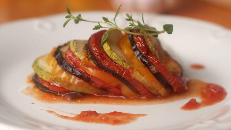 Ratatouille é uma deliciosa receita francesa de diversos legumes. Inspirada na animação que leva o mesmo nome do prato, Isadora Becker ensina a sua versão deste clássico.