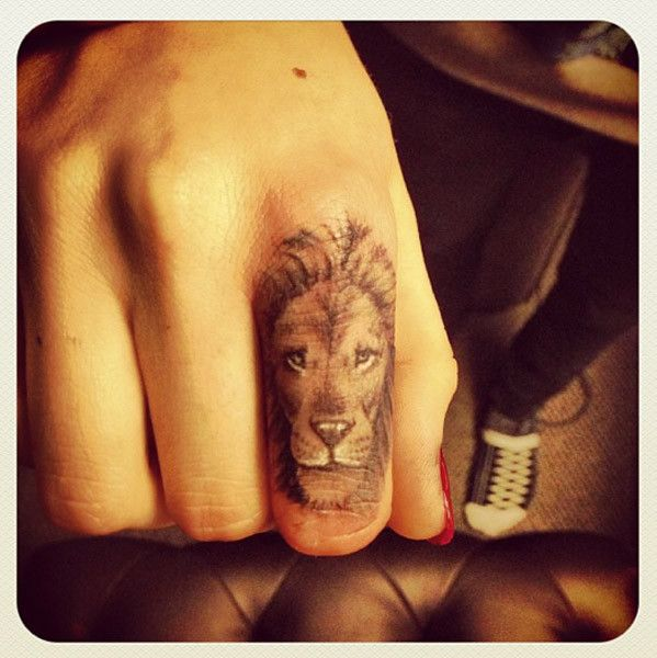 So much detail in such a small tattoo.. I want this so bad.