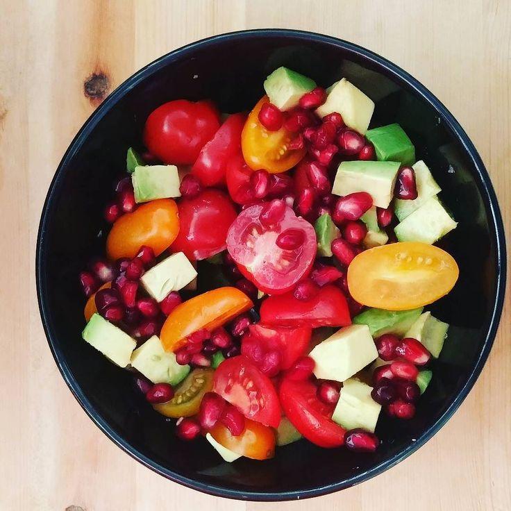 Tomatensalade met avocado en granaatappel.  Gezond grietje ben ik! #salad #healthy #pomegranate #tomato #avocado by heikco