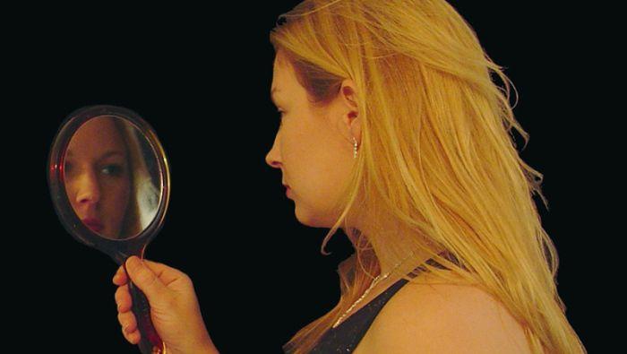 Ley espejo reflejo proyeccion mujer rubia psicologica terapia tratamiento ira odio amor colera projimo trauma herida sanacion miedo amenaza