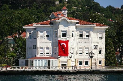 YAĞCI ŞEFİK BEY YALISI Yalının yerinde daha önce I. Abdülhamid'in kız kardeşi Cemile Sultan'a ait yalı varmış. Bugünkü binalar 1905'te Cemile Sultan Yalısı'nın yerine inşa edilmiş ve 1989'da başarılı bir restorasyon geçirmiş. Donanma Cemiyeti'nin kurucusu ve başarılı bir işadamı olan Şefik Bey büyük binayı haremlik, yanındaki küçük binayı ise selamlık olarak yaptırmış. Bina, magazin basının gözdelerinden Süreyya Yalçın'ın babası işadamı Faruk Yalçın'a aitti.