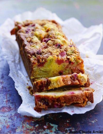 Recette Cake-crumble fraises et rhubarbe : Pelez les tiges de rhubarbe avec un économe.Coupez-les en tronçons de 2 cm, étalez-les dans un plat et saupoudrez...