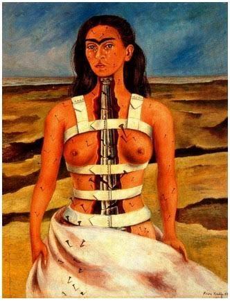 Cerco disperatamente di rialzarmi, tra le sofferenze della vita e la caducità del tempo.  Cerco di trattenere spasmodicamente il mio respiro, quasi a voler fermar il tempo in un istante.  Cerco di vivere la mia libertà tra cinghie di ferro strette al mio corpo e dune infinite di sabbia .  La Colonna spezzata .Frida Kahlo