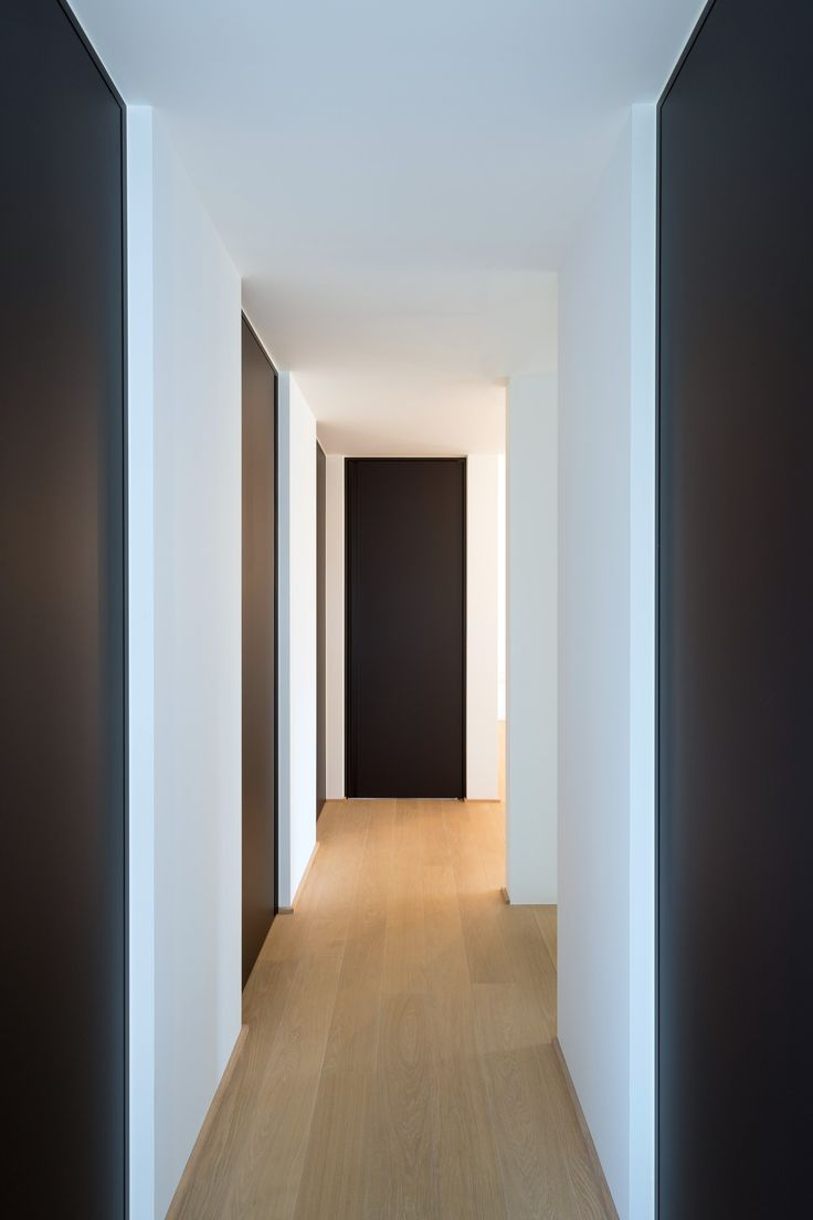 Zwarte blokdeuren van vloer tot plafond