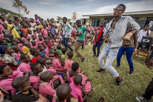 Oggi celebriamo la Giornata Mondiale della Gioventu' con questa foto di ragazzi rifugiati in #Uganda.Dynamic Crew è un gruppo rap di 20 ragazze e ragazzi rifugiati di varie nazionalità che si esibiscono in Uganda. Dany, Baraka e gli altri si riuniscono una volta a settimana e scrivono pezzi rap e gospel sul tema della pace, della violenza contro le donne, della loro vita di rifugiati.