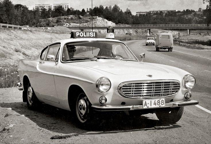 Hamsterikeräyksessä lahjoituksena saatu Volvo P1800 valmiina ottamaan Tarvontiellä hurjastelevat autogangsterit kiinni. Autoyksilö on elää ja voi hyvin yksityisen Pyhimys-harrastajan omistuksessa. Volvot ja Porschet olivat etupäässä PR-käytössä; mallia ns. goodwill-toimintaan oli haettu Amerikasta asti. Liikkuva poliisi paitsi valvoi, myös opasti ja auttoi tienkäyttäjiä.