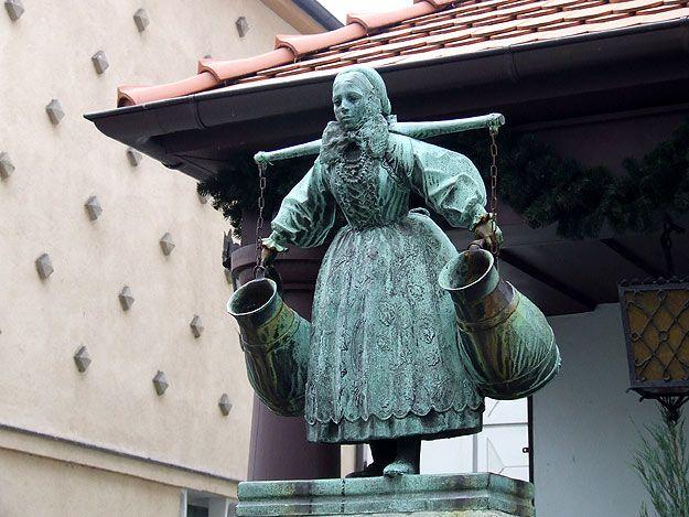 Ustronny ogródek Fuego Cocktail Baru znajduje się w samym sercu Starego Rynku tuż przy Ratuszu w przejściu między Pręgierzem a pomnikiem Bamberki.