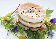 Johann Lafer: Knusprige Strudelblätter mit Ziegenfrischkäse und Gartenkräutersalat