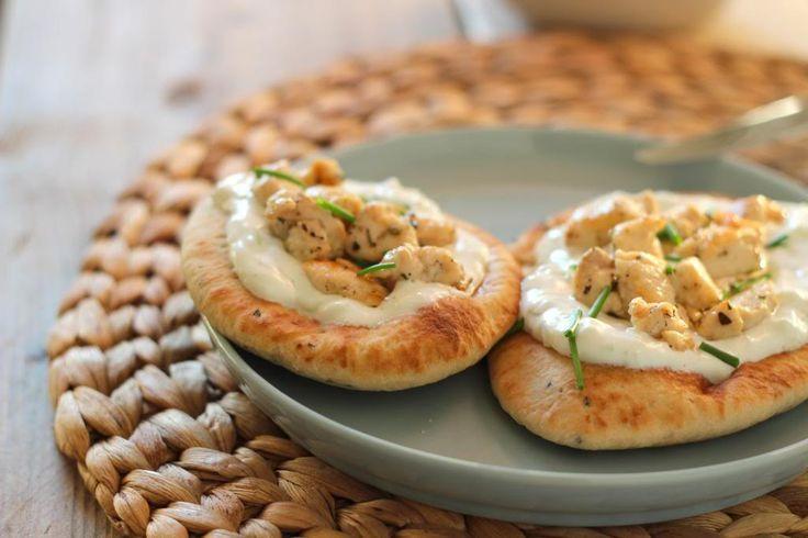 Naanbroodjes met tzatziki en kip