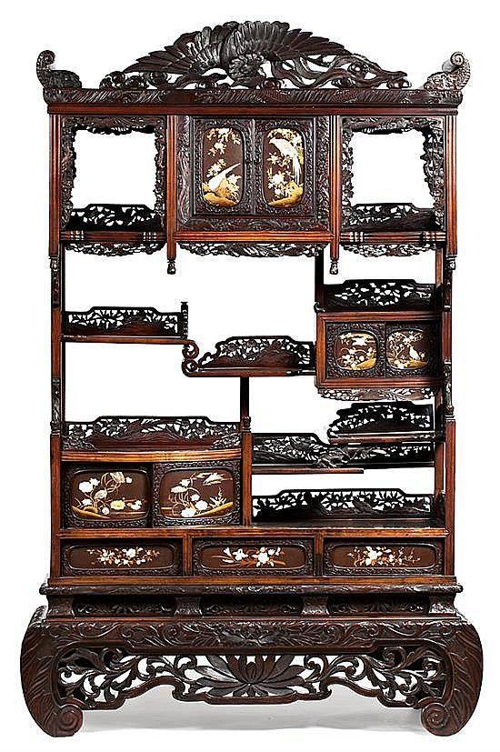 Резной и openworked дерева японский шкаф-комод с слоновой кости и твердые камни инкрустации. С конца 19 века - начале 20 centu