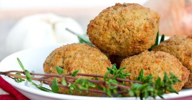 falafels légères 500 g de pois chiches en conserve 1 oignon rouge 1 gousse d'ail 15 g de persil plat 1 cuillère à café de cumin en poudre sel, poivre huile pour la cuisson