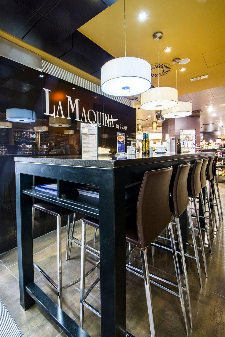 Mesas altas junto a la barra de La Máquina de Goya en el Gourmet Experience de El Corte Inglés.